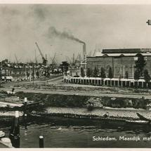 Ansichtkaart 'Maasdijk met Werf Gusto'.