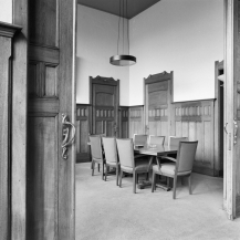 Overzicht van de directiekamer met kleine vergadertafel.
