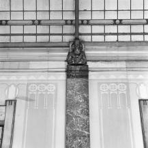 Ontvangsthal, detail van de zijwanden, met overgang naar de glazen lichtkoepel.