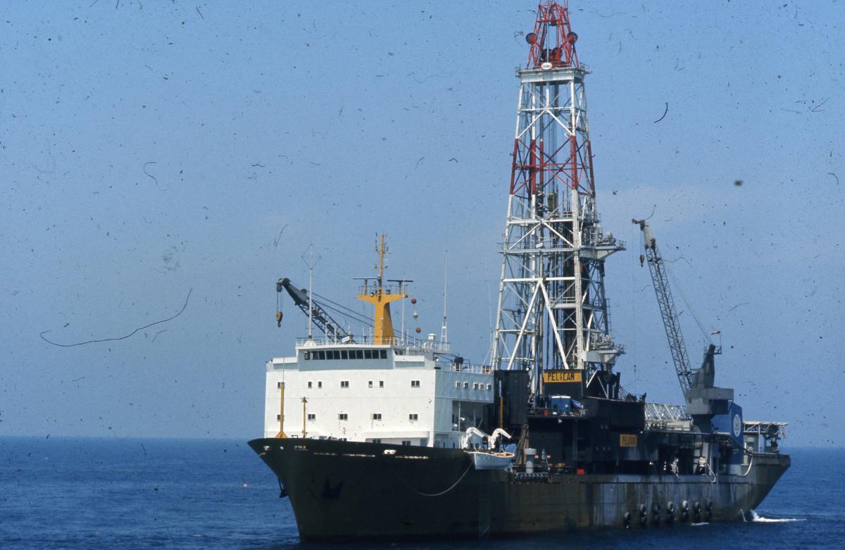 De-Pelican-aan-het-werk-op-volle-zee