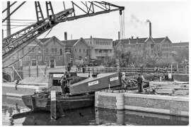 Bnr. 713 'Westerhavenbrug Schiedam' 1937, aanvoer hameien (staanders).
