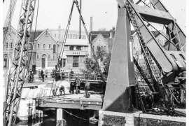 Bnr. 713 'Westerhavenbrug Schiedam' 1937, plaatsen van de Klap (wegdek).