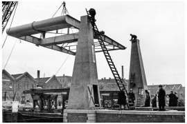 Bnr. 713 'Westerhavenbrug Schiedam' 1937, inhijsen van de Balans.