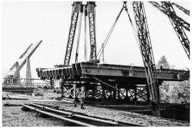 Bnr. 713 'Westerhavenbrug Schiedam' 1937, aanvoer en hijsen van de Klap (wegdek)