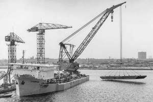 Co. 880-1 'Champion' 800/1200 ton kraan. (1971) Proefhijsen met testponton 800 ton dwars uit.