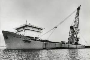 Co. 880-1 'Champion' 800/1200 ton kraan. (1971) Proefhijsen in 'Bokstand' 1200 ton met backstay kabels naar het voordek.