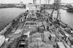 Co. 880-1 'Champion' 800/1200 ton kraan. (1971) Overzicht dek met rommel tijdens de bouw.