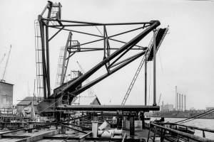 Co. 880-1 'Champion' 800/1200 ton kraan. (1971) A-frame in aanbouw op Werf Gusto Schiedam.