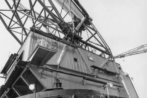 Co. 880-1 'Champion' 800/1200 ton kraan. (1971) Aanzicht tegen kraanhuis met op het bordes een stuurlier.