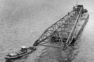 Co. 880-1 'Champion' 800/1200 ton kraan. (1971) Kraanarm op de ponton onderweg naar de collega's van 'NDSM' voor montage aan boord.