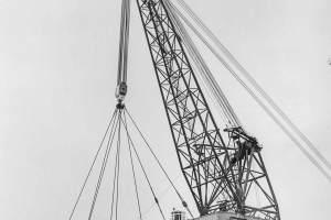 Co. 880-1 'Champion' 800/1200 ton kraan. (1971) Kraan testen in 'Bokstand' 1200 ton met backstay-kabels naar het voordek.