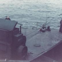 De sleepkabels worden vastgemaakt aan de speciale lieren die op het dek van de floaters zijn aangebracht om de pijpenlegger te kunnen verplaatsen in de bouwfase.