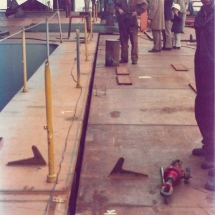De lasopening is wat groter dan bedoeld. Links goed zichtbaar de 'dugout' (grijs gespoten) van de nog te plaatsen 'stern-ramp' (ook wel 'Stinger' genoemd).