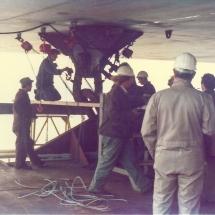 Het loskoppelen van de geplaatste deksectie van het hefeiland 'Assembler 1'.