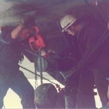 Het loskoppelen van de geplaatste deksectie van het hefeiland 'Assembler 1'. (vervolgfoto van de voorgaande)