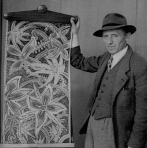 P.J. Mulders poseert trots voor een van zijn kunstwerken.