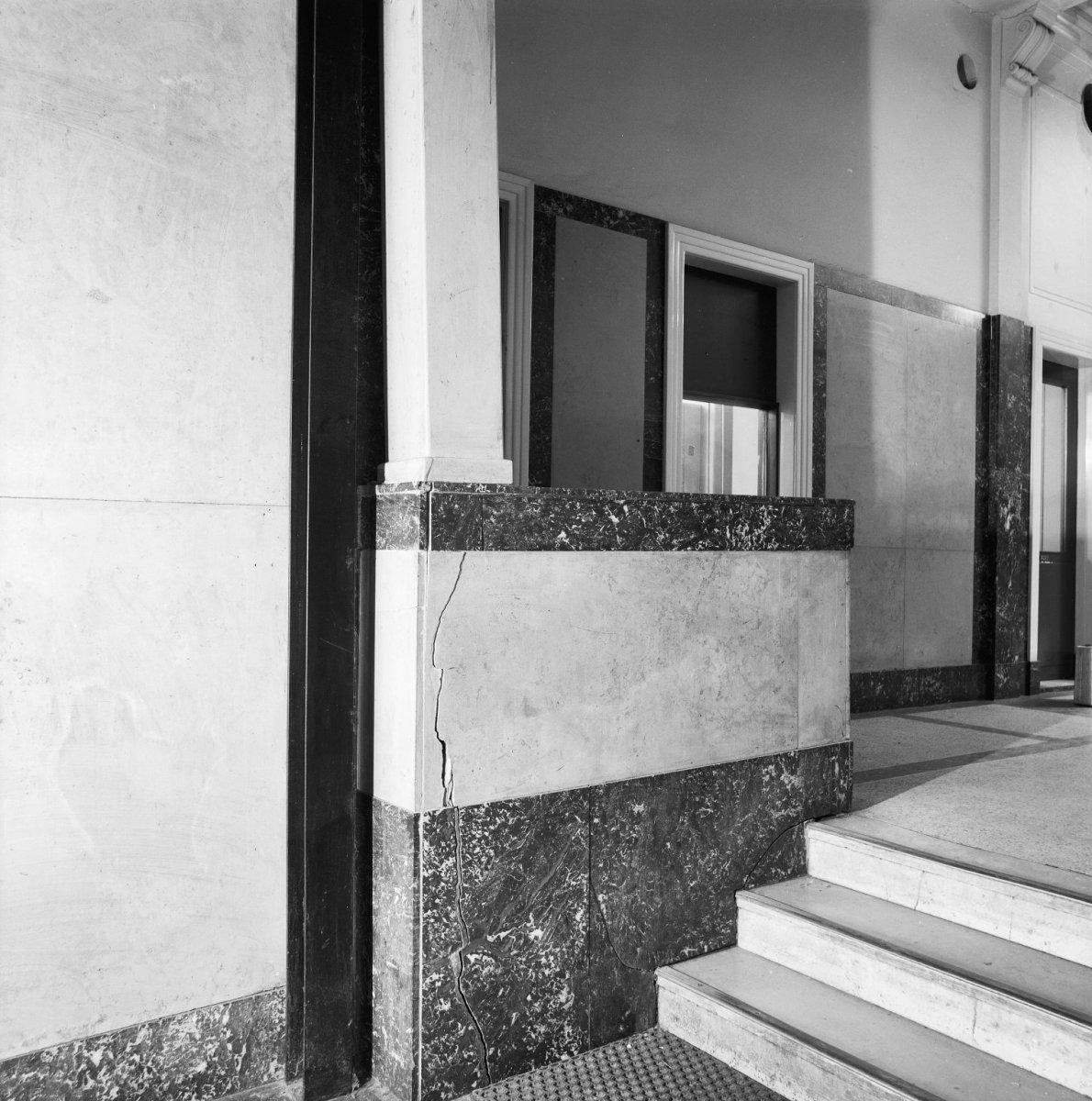 Detailopname van het Interieur van de hal van het hoofdkantoor, dat grotendeels was opgetrokken uit marmer.