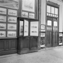 Ontvangsthal met een gedeelte van de rechterwand met zicht op foto's van gefabriceerde schepen, baggermaterieel etc.