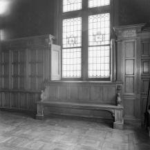 Bank in de vergaderzaal van het hoofdkantoor in Schiedam.