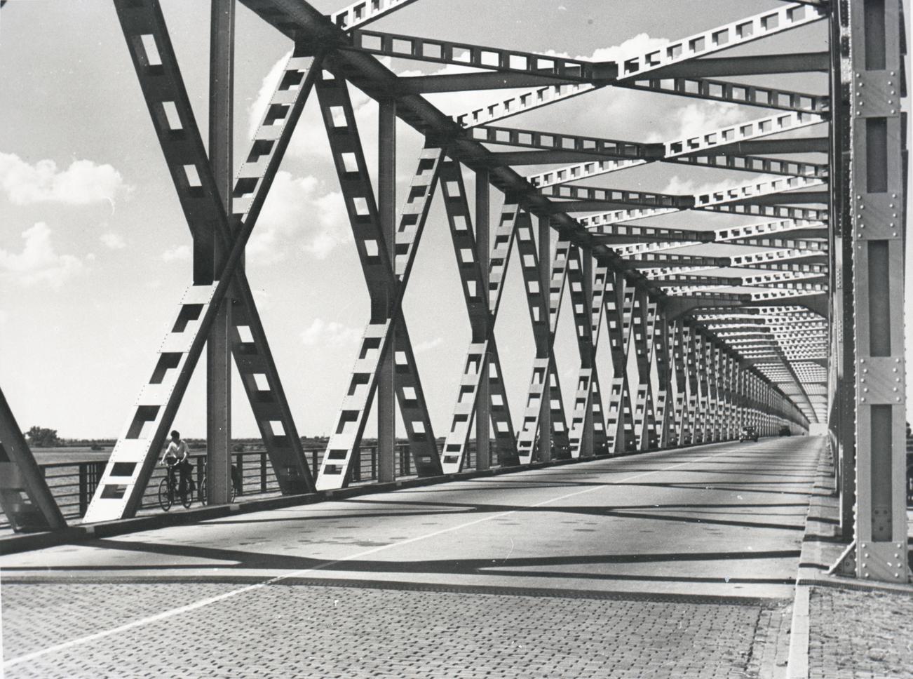 Bnr. 689: Delen Moerdijkbrug (1936)