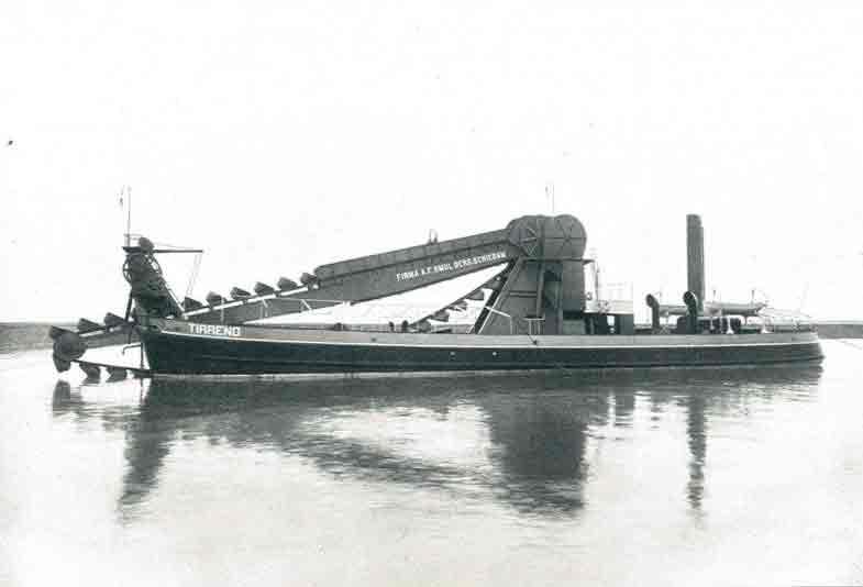 Zeew. baggermolen voor rekening van Min. Trav. Publ. Italië, gebouwd door Werf Gusto te Schiedam.