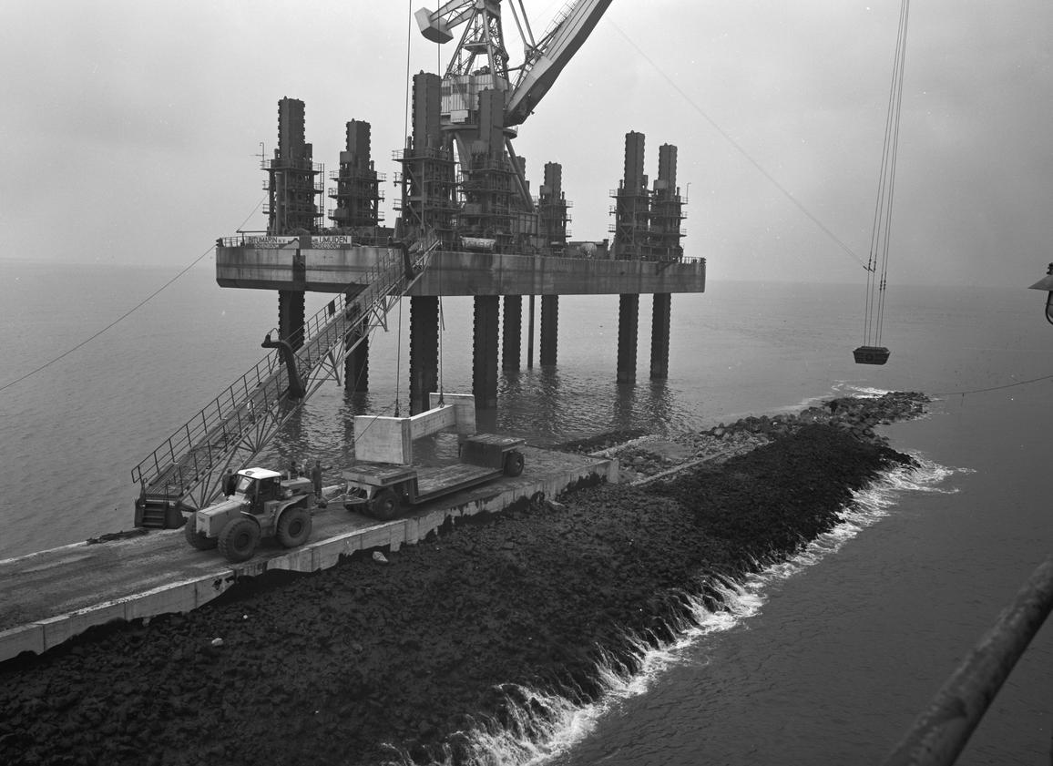 'Kraanvogel' aan het werk aan de nieuwe pier van IJmuiden.