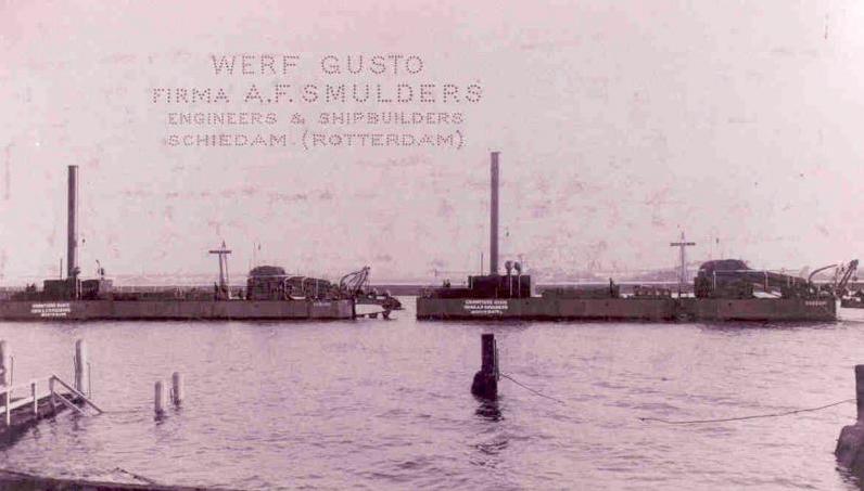 Bouwjaar 1909: De emmerbaggermolens 'CAGLIARI' en 'SASSARI' in de haven bij de werf Gusto - Opgeleverd aan Ministerie. van Publieke Werken Rome.
